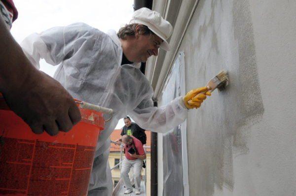Перед нанесением короеда стены обязательно нужно обработать грунтовкой