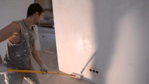 Перед поклейкой обоев стены обязательно грунтуют.
