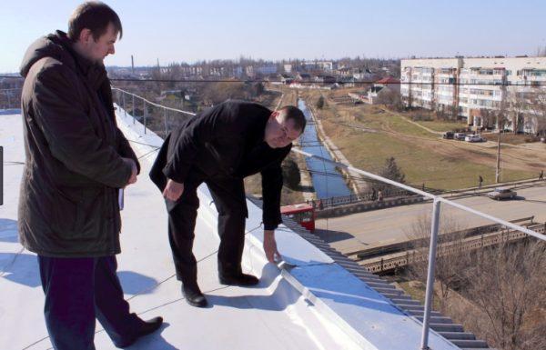 Перед реставрацией крыши ее осматривает технический специалист и составляет акт о дефектах
