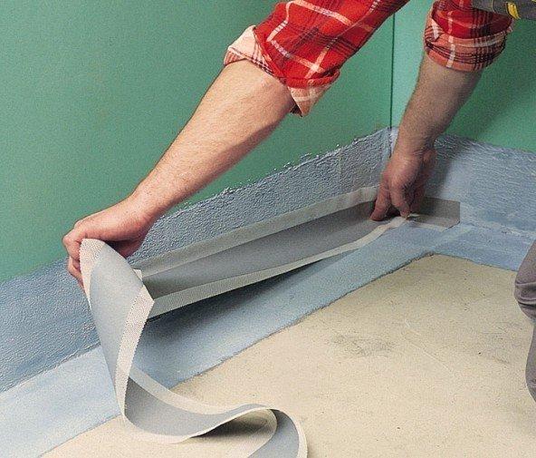 Перед тем как клеить ленту, стык нужно обработать гидроизоляционным составом на цементной основе.