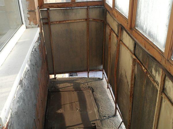 Перед тем как приступать к усилению балкона и к последующему монтажу, придется частично или полностью демонтировать старый парапет и ранее установленные окна