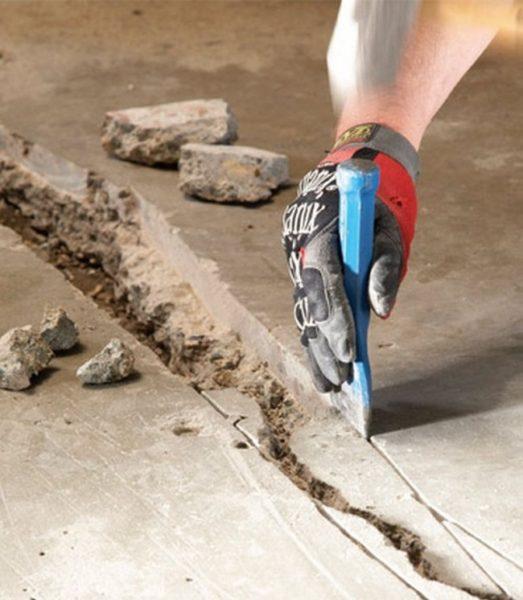 Перед заделкой трещины нужно расширить, выбоины - углубить.