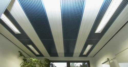 Перфорированный металлический потолок, оборудованный инфракрасными элементами.