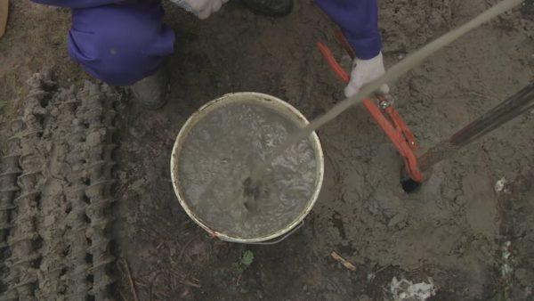 Первая вода из скважины всегда очень грязная, но затем она протечет и станет гораздо чище