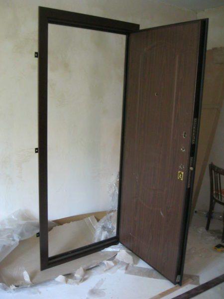Первой ставится входная дверь.