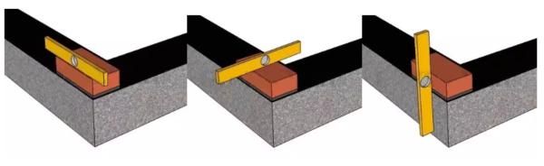 Первый блок четко выверяется по уровню.