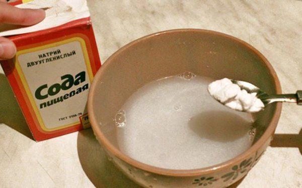 Пищевая сода довольно эффективное средство борьбы с пятнами на стеклах.