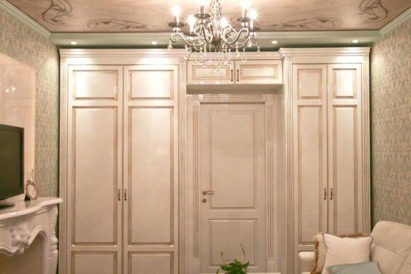 Планировка шкафа вокруг двери зависит от пожеланий хозяина и особенностей интерьера.