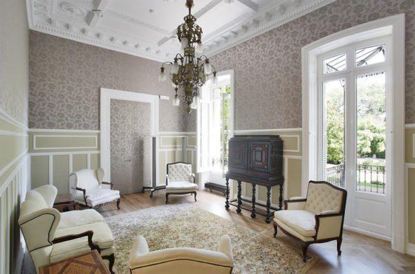 Планочный декор придает отделке помещения завершенный вид.
