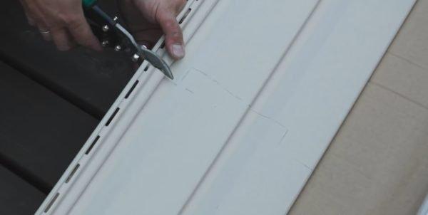 Пластиковый сайдинг отлично режется ножницами по металлу