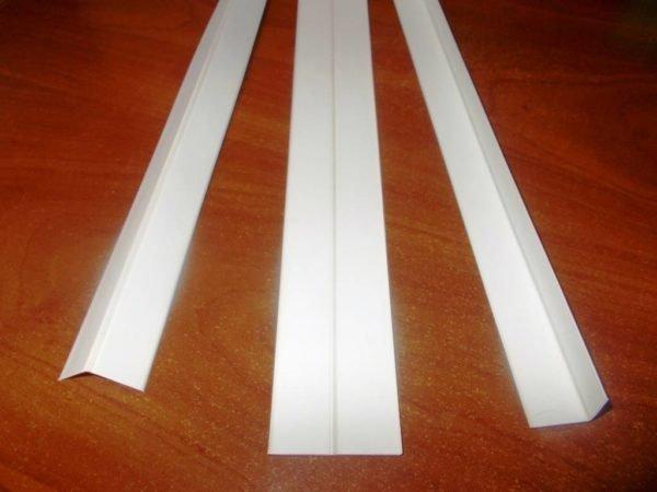 Пластиковый универсальный уголок станет основанием для светодиодной ленты.