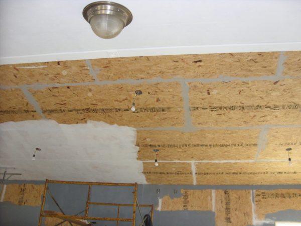 Подготовка потолка из ОСБ-плит к финишной отделке обязательно предусматривает заделку стыков