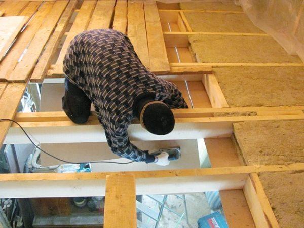 Поднимать потолки можно только со стороны чердака. Поэтому для 2-этажного дома такое решение – не самая лучшая идея.