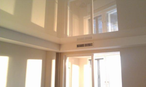 «Поднять» потолки только визуально помогут зеркальные материалы или глянцевые натяжные полотна