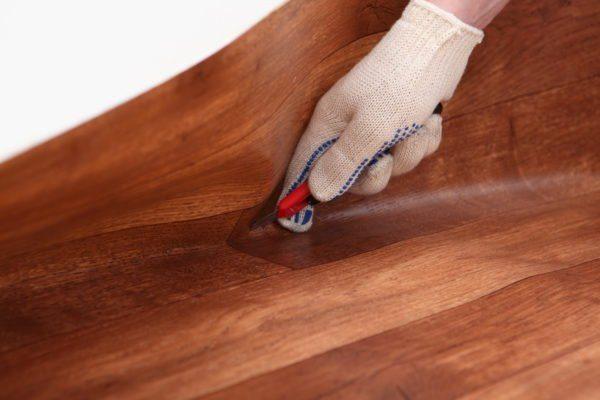 Подрезка покрытия по примыканию к стене.