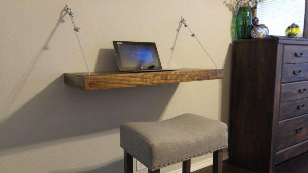Подвесной столик не займет много места и станет отличным дополнением для небольшой комнаты