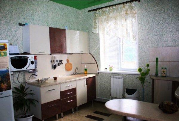 pokrytye-lakom-zhidkie-oboi-legko-moyutsya-eto-pozvolyaet-otde-600x404.jpg