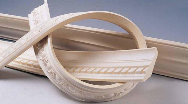 Полиуретан может быть гибким, таким декором удобно украшать криволинейные поверхности.