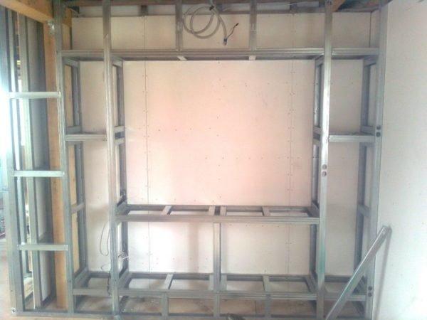 Полки опираются на стойки боковых стенок