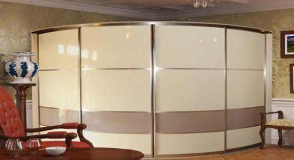 Полноценная гардеробная скрыта за дверцами купейной конструкции
