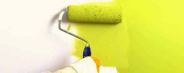 Полоса между подсохшей и свежей краской будет выделяться на поверхности стены.