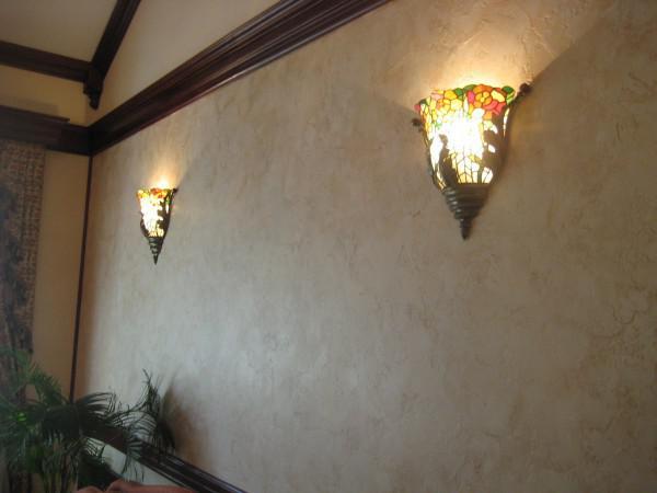 Половинчатыми светильниками можно визуально увеличить кухню.