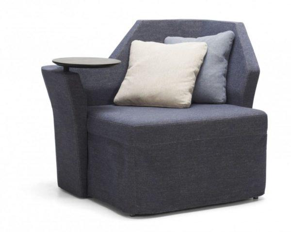 Полу кресло позволяет задействовать неудобные углы и освежить интерьер.