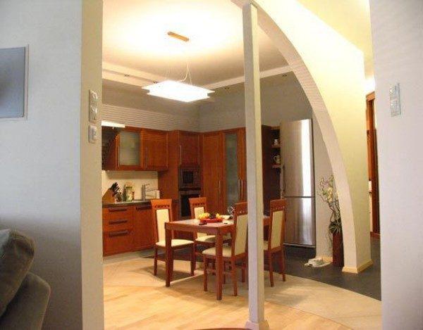 Полуарка между кухней и гостиной