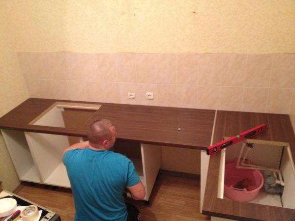 Помимо мебели для обычной комнаты, из ДСП можно собрать кухонный или ванный гарнитур, а также одностворчатый шкаф на балкон