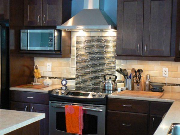 Помимо высоты расположения, важна мощность вытяжки, которая определяется площадью и высотой кухни