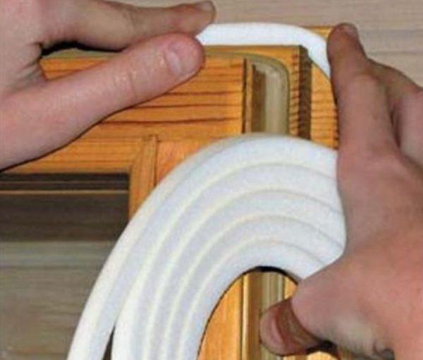 Поролон хорошо сжимается, поэтому его часто используют для стыков рамы и створки
