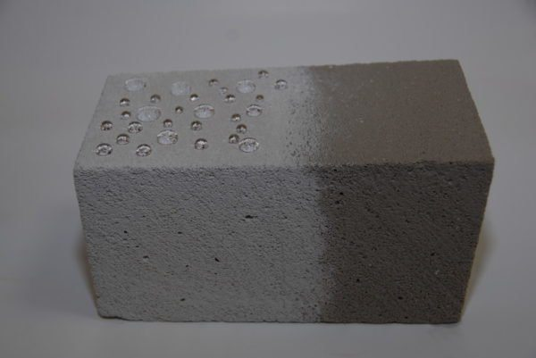 После обработки гидрофобизирующим грунтом газобетон перестает впитывать воду.
