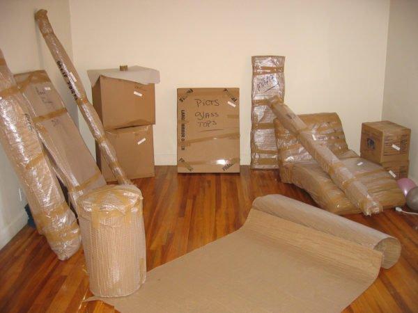 После того как монтажное пространство готово, заносим упаковки с деталями шкафа и раскладываем в соответствии с нумерацией