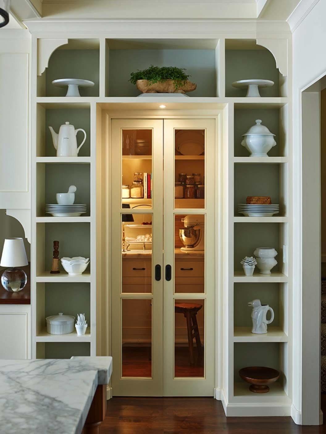 Посуда считается прекрасной альтернативой для декорирования стеллажей в кухне.