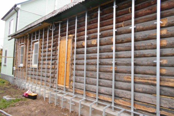 Потемневший неприглядный брус можно закрыть утепленным фасадом