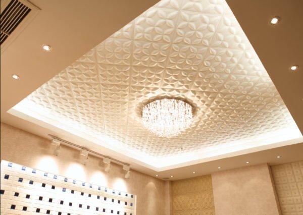 Потолочный дизайн 3D панелями из МДФ.