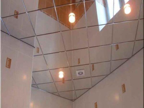 Потолок из никелированных панелей.