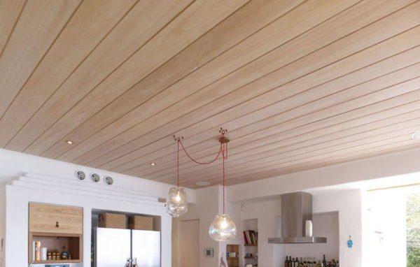 Потолок может быть любым, все зависит от стиля дома и его конструкционных особенностей