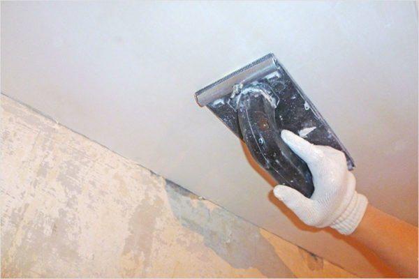 Потолок шкурить сложнее, но при желании и с этой работой можно справиться без проблем