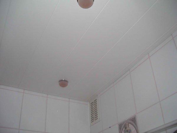 Потолок в ванной собран из пластиковой вагонки.