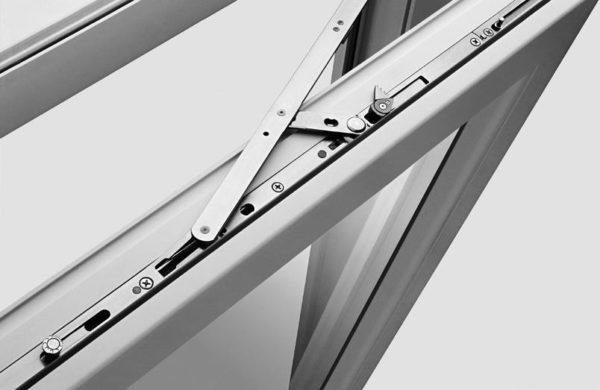 Поворотно-откидная фурнитура для пластиковых окон кажется сложной, но регулируется достаточно просто