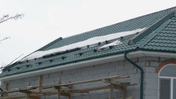 Правильно спроектированная и построенная крыша гарантирует безопасность даже в очень снежные зимы