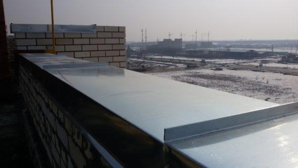 Правильно установленные отливы из оцинкованной стали сберегают парапет от влаги атмосферных осадков