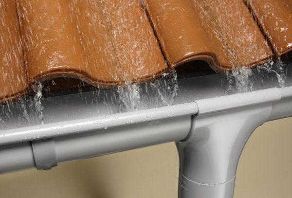 Правильно выбранный и грамотно установленный водосток не только здорово смотрится, но и эффективно отводит воду от дома, продлевая тем самым его ресурс