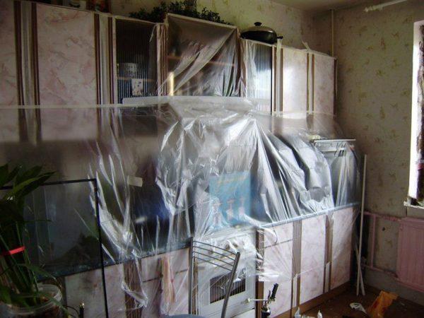 Предметы мебели нужно защитить полиэтиленовой пленкой.