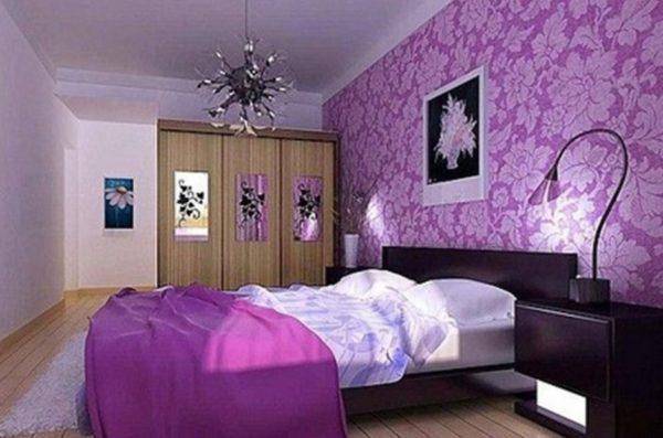 Преобладание фиолетового в спальне.
