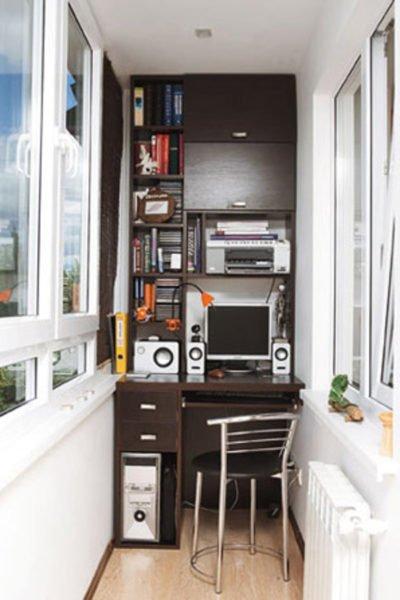При хорошем утеплении и дополнительном обогреве балконный шкаф можно превратить в рабочий кабинет.