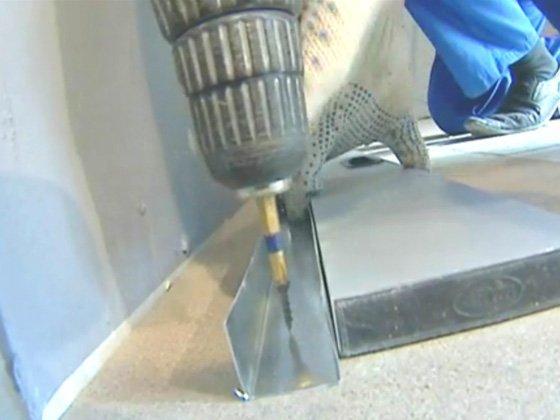 При креплении саморезами даже отверстия сверлить не нужно, метизы легко проходят и через металл