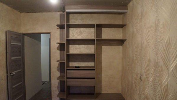 При монтаже встроенного шкафа, крепление мембраны выполняется после сборки мебельного короба.