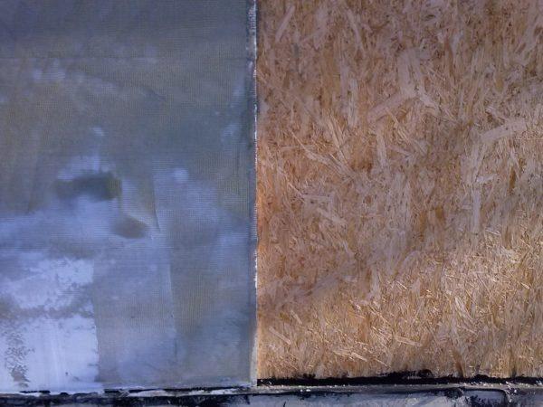 При нанесении толстого слоя материала выравнивающий состав можно дополнительно армировать сеткой